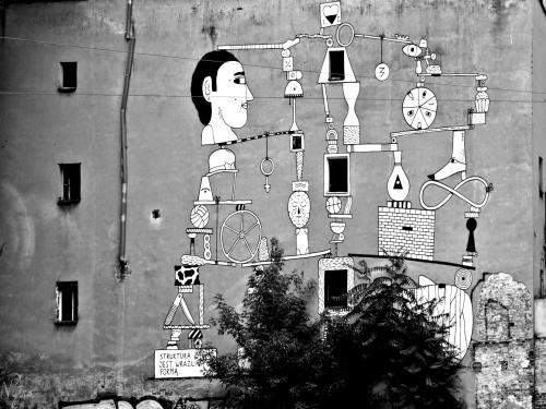"""Mural na zburzonej w roku 2015 kamienicy nr 48a przy ul. Mikołaja Sępa-Szarzyńskiego we Wrocławiu. Napis: """"Struktura życia jest wrażliwą formą"""". Wygląda na to, że ta kamienica osobiście przekonała się o prawdziwości tego stwierdzenia."""