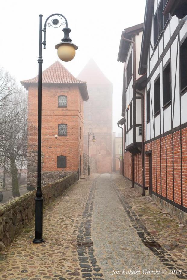Miasto mgieł wersja kolorowa #mgła #mgliste #Chojnice #mur #baszta #miasto #mgieł
